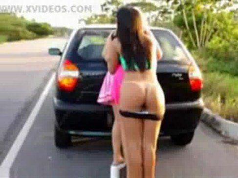 Amigas peladas no meio da estrada