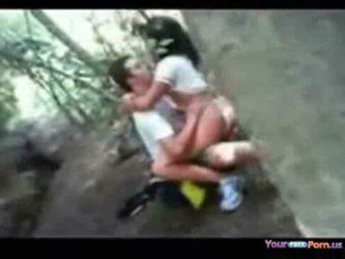 Novinha deu no mato e caiu na internet