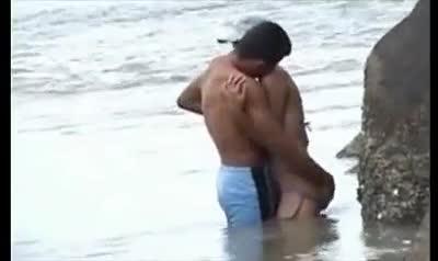 Flagra de sexo do casal na praia
