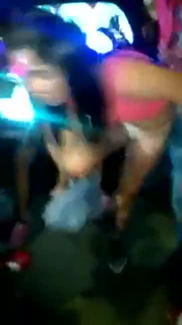 Novinha tirando a roupa em baile funk