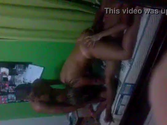 Novinha Flagrada Dando pra Dois Amigos no Porno