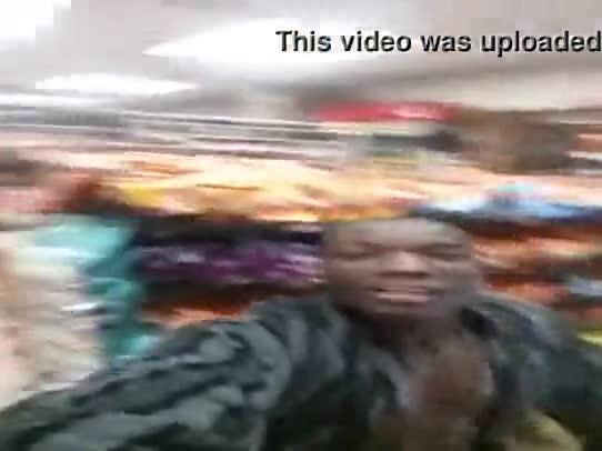 Negão metendo a rola na loira puta dentro do mercado
