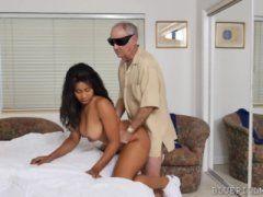 Novinha sapeca dando a buceta para tio por grana