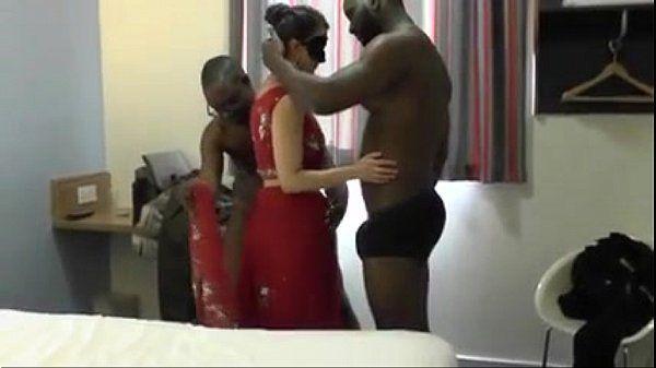Casada bucetuda foi pra o motel com dois negros dotados