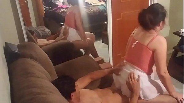 Esposa gostosinha trepando no sofá