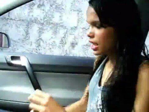 Magrela pelada no carro caiu na net
