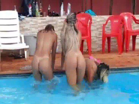 Gatas brasileiras peladas na piscina
