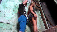 Brasileira favelada desfilando na frente do cara