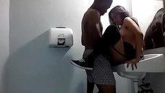 Negão brocador comendo a japinha no banheiro