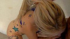 Loirinha tatuada se ajoelha e mama bem gostoso