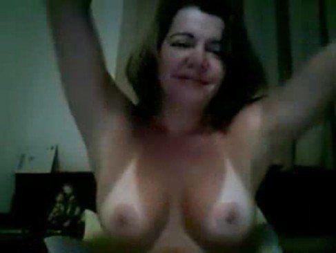 Coroa toda boa se masturbando na webcam