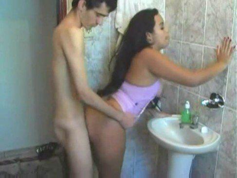Dando pro magrelo dotado no banheiro