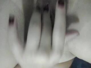 Novinha brincando com a boceta