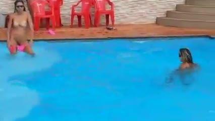 Novinha ficando peladas na piscina!