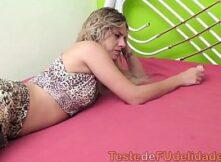 Loirinha bronzeada metendo com seu gato brasileiro
