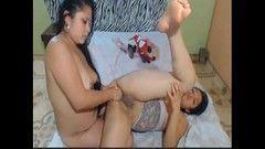 Lésbicas latinas brincando com o vibrador na webcam