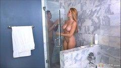 Loira safada tomando banho gostoso com o cunhado