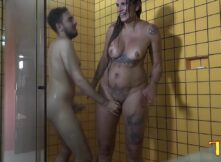Suruba casada coroa da bunda grande sendo arrombada por jovens no banheiro