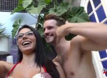 Atriz porno brasileira fazendo boquete e dando de quatro pro gringo