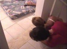 Amigos bebados flagram casal transando no chão da cozinha durante festa
