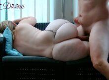 Amiga rabuda gostosa levando pirocada de ladinho no sofá e o macho gozando encima dela